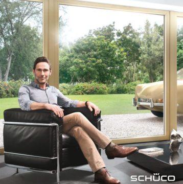 Mężczyzna siedzący wygodnie w fotelu w pokoju z zamontowanymi oknami Living