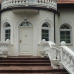 ozdobne białe okna