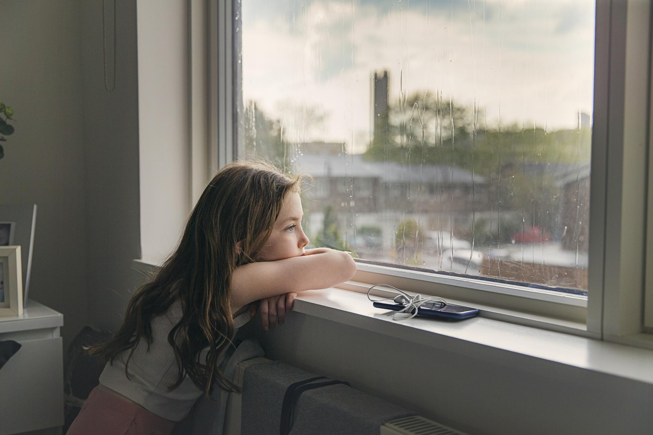 dziewczynka wyglądająca przez okno